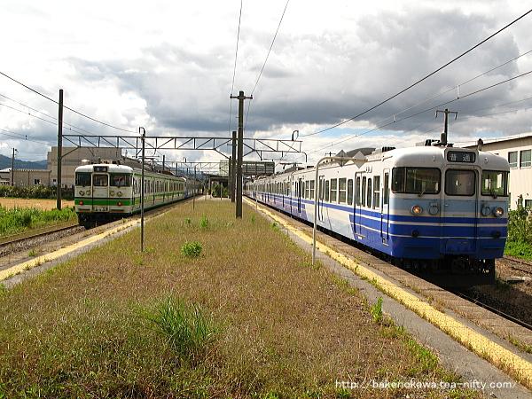 岩船町駅で行き違う115系普通列車