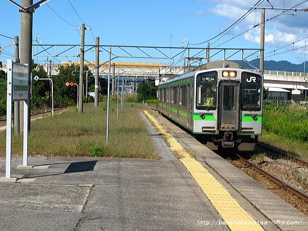 岩船町駅に停車中のE127系電車