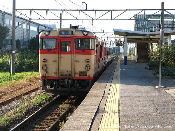 岩船町駅を出発するキハ40系気動車