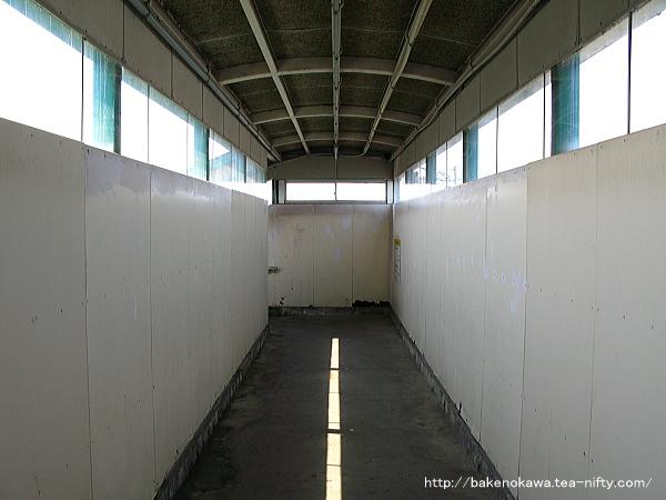 岩船町駅の跨線橋内部