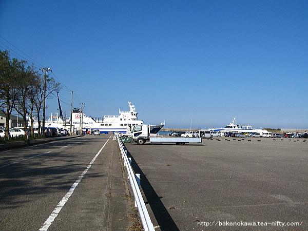 フェリーと高速船が相対して停泊する汽船乗り場