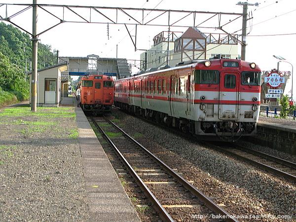 桑川駅で行き違う上下のキハ40系気動車