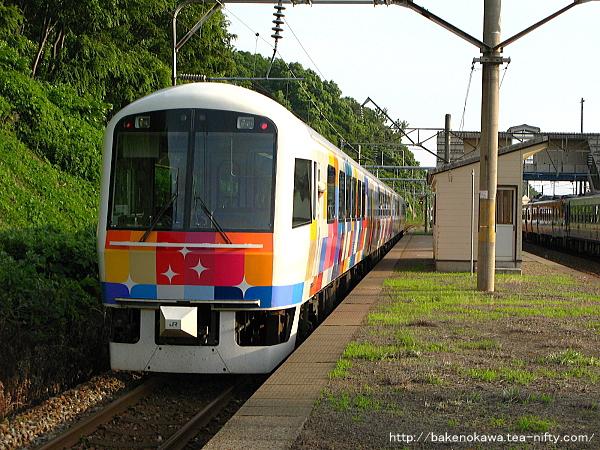 桑川駅に停車中の快速「きらきらうえつ」