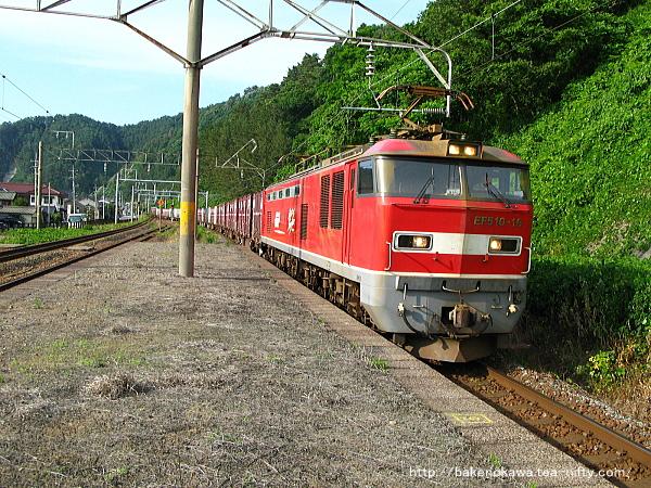 桑川駅に進入するEF510型電気機関車牽引の貨物列車