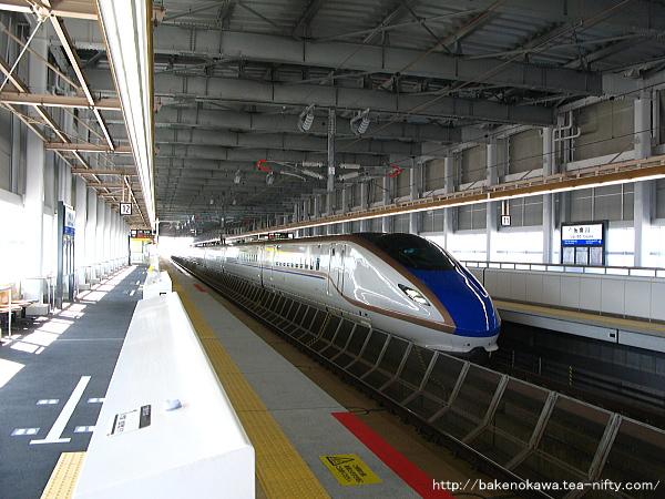 糸魚川駅に進入するE7/W7系新幹線電車