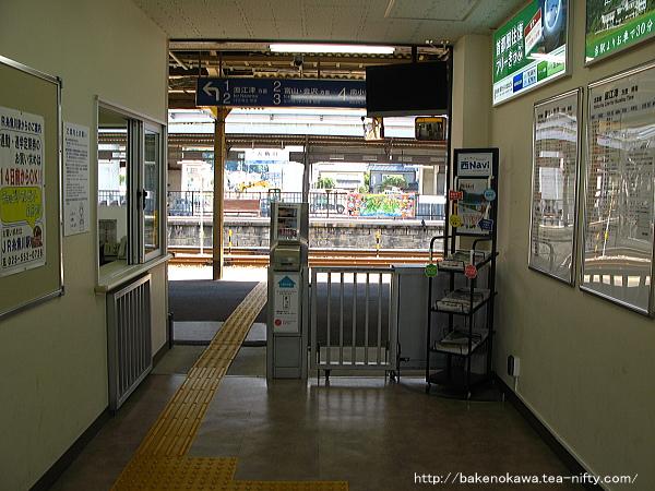 新駅舎に移行期の駅舎内改札口