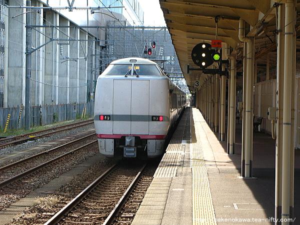糸魚川駅を出発する特急「はくたか」