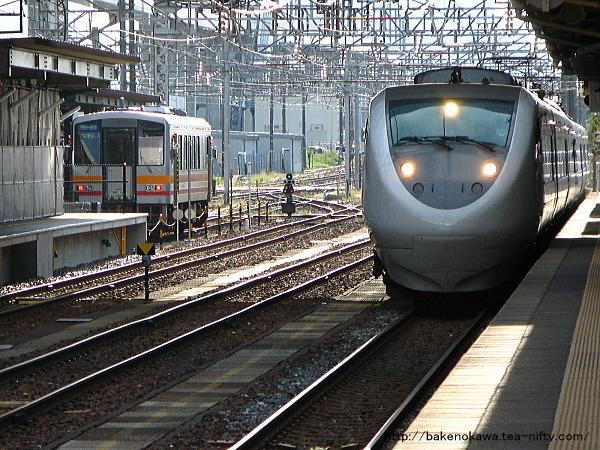 糸魚川駅構内の特急はくたかとキハ120形