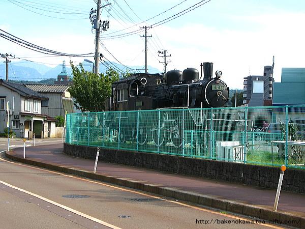 糸魚川小学校校庭に展示されている蒸気機関車C12
