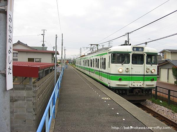 南吉田駅に停車中の115系電車