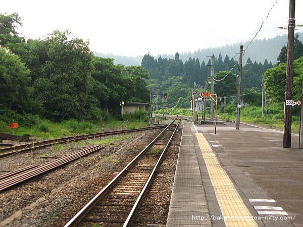 津川駅の島式ホームその2