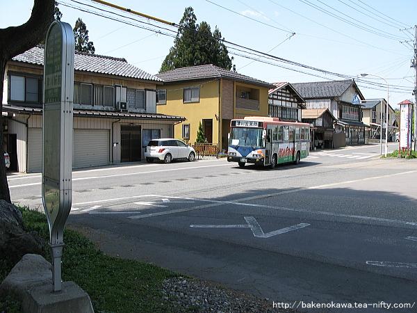 津川駅前バス停に進入する路線バス