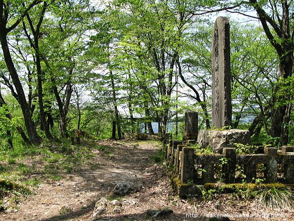 麒麟山展望台の城址記念碑