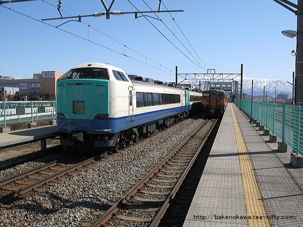西新発田駅を通過する485系電車特急「いなほ」