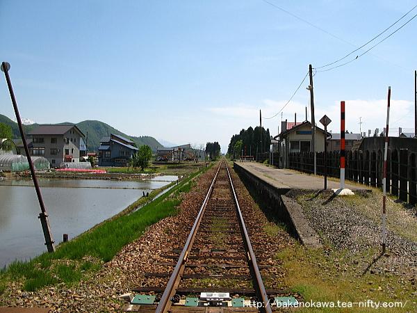 踏切から見た魚沼田中駅