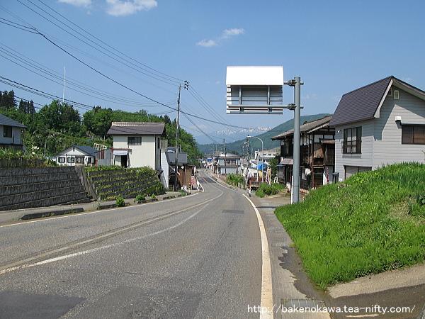 越後広瀬駅付近の国道252号線