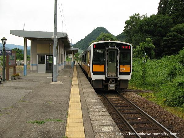三川駅に到着した快速「あがの」