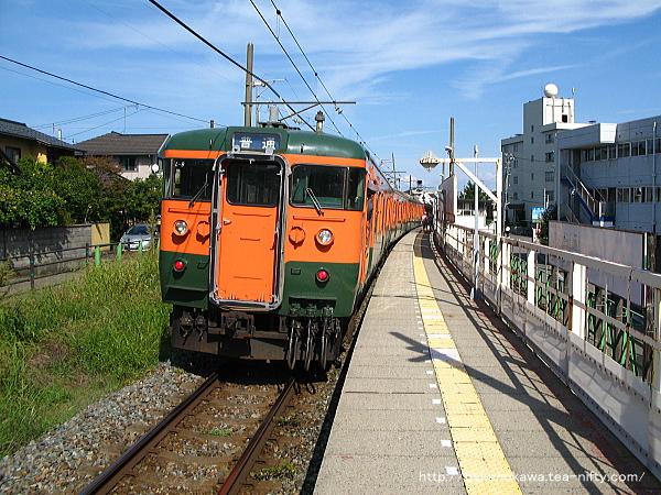 青山駅に停車中の115系電車