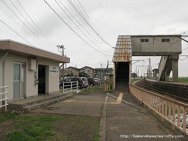 駅舎とホームを結ぶ跨線橋