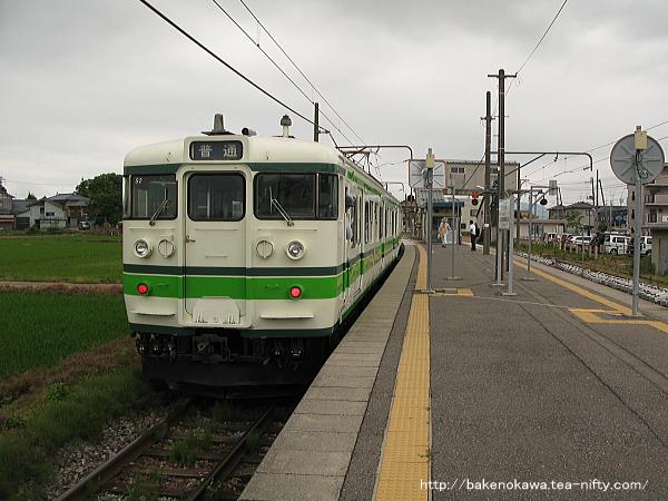 越後赤塚駅に停車中の115系電車