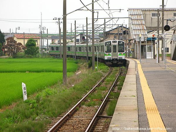 越後赤塚駅を出発するE127系電車