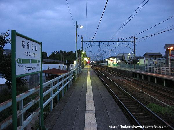 早朝の越後石山駅構内