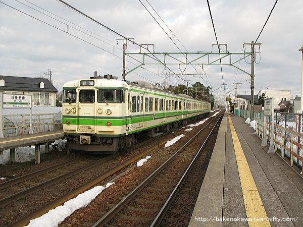 越後石山駅に停車する115系電車その一