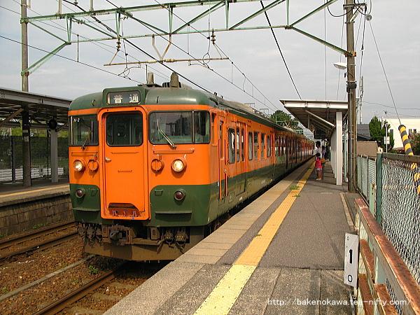 越後石山駅に停車する115系電車その三