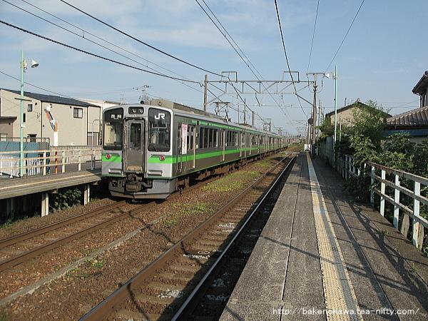 越後石山駅に停車するE127系電車その一