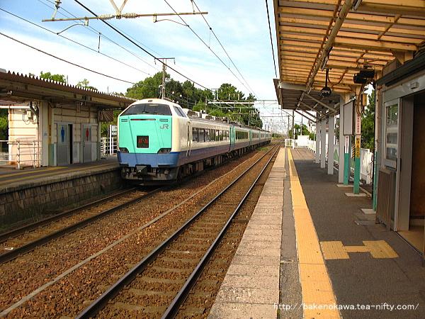 越後石山駅を通過する485系電車特急「北越」