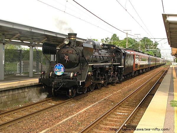 越後石山駅を通過する「SLばんえつ物語号」の回送列車