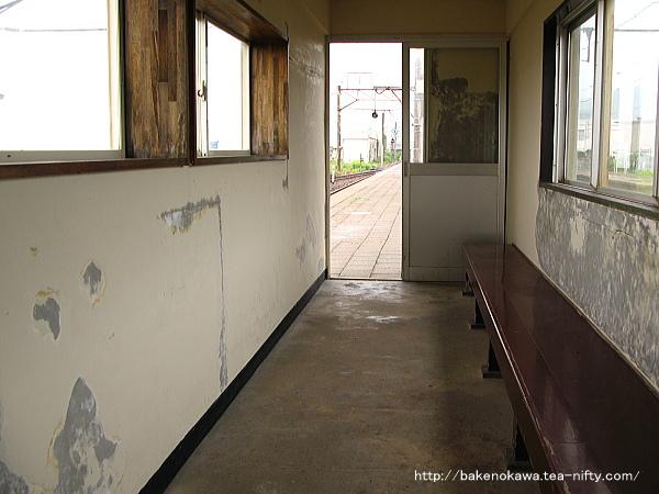 島式ホーム上の待合室の様子その2