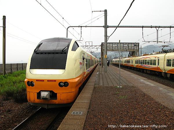 府屋駅ですれ違うE653系電車特急「いなほ」その一