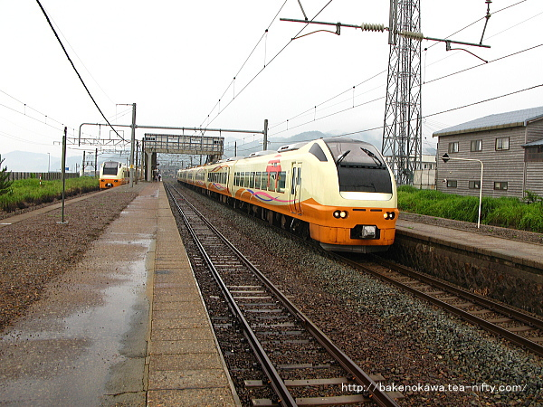 府屋駅ですれ違うE653系電車特急「いなほ」その二
