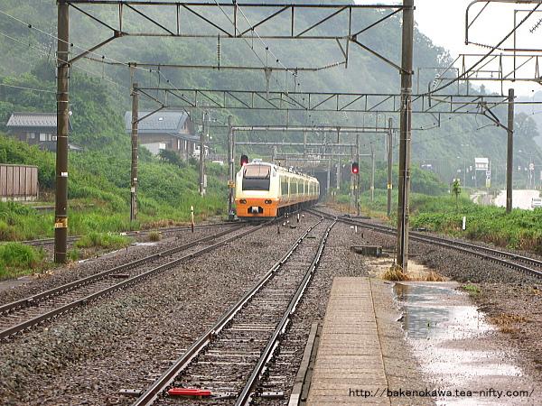 府屋駅ですれ違うE653系電車特急「いなほ」その三