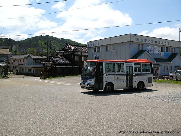 路線バスが府屋駅前を出発