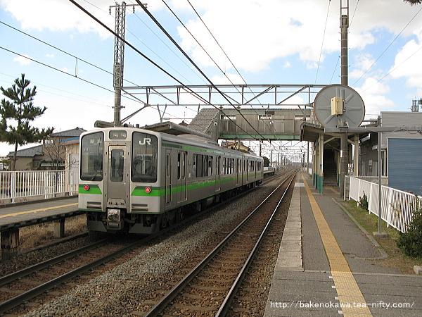 E127系電車が大形駅に停車中