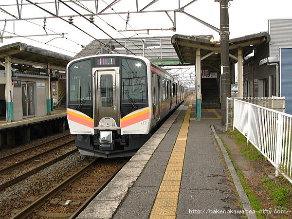 E129系電車が大形駅を出発