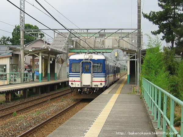 大形駅を通過するキハ52形の快速「べにばな」