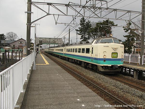 大形駅を通過する485系電車特急「いなほ」その一