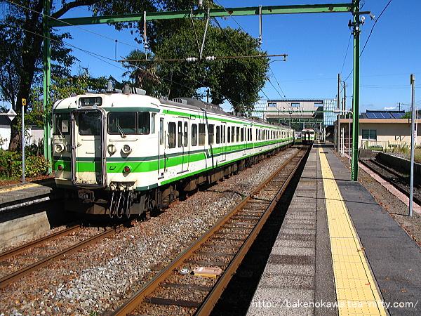 小島谷駅に到着した115系電車