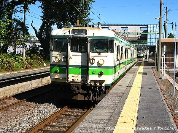 小島谷駅で115系電車同士の列車交換