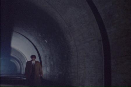 甦った吸血鬼が深夜のトンネルをひとり行く
