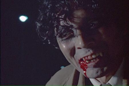 女の血を吸って会心の笑みの吸血鬼