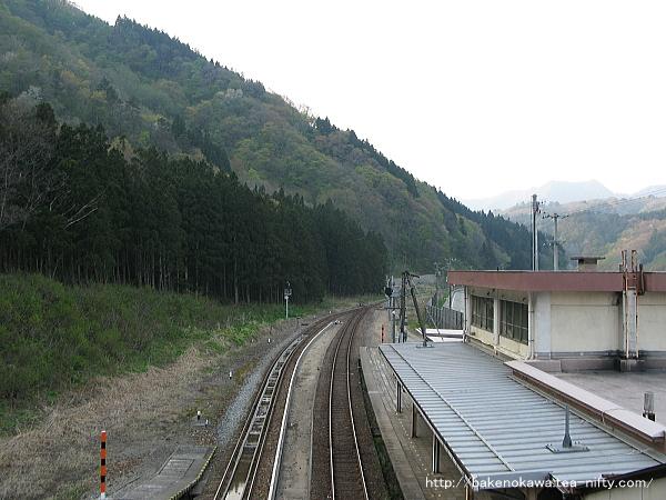 跨線橋上から構内の坂町方を見る