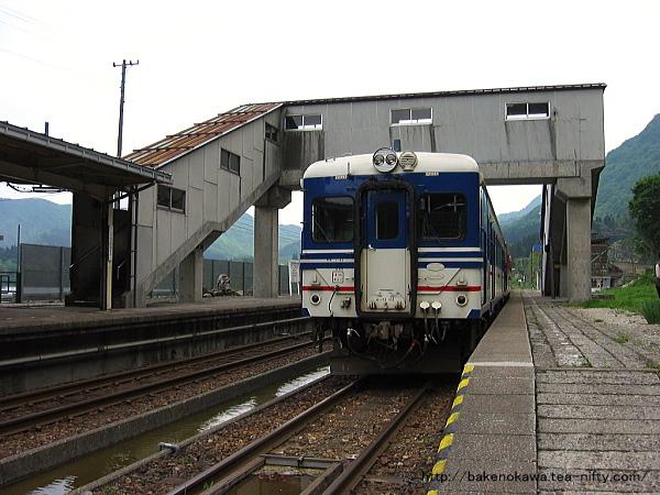 越後金丸駅で列車交換中のキハ52