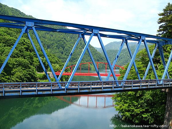 米坂線の鉄橋とその奥の八ツ口橋