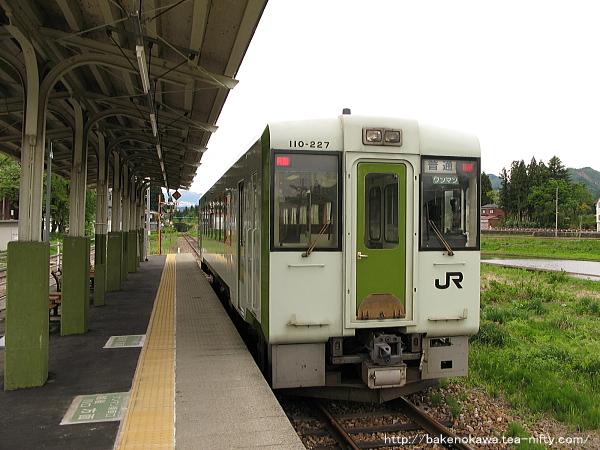 越後田沢駅を出発するキハ110