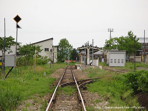 踏切から見た越後田沢駅構内