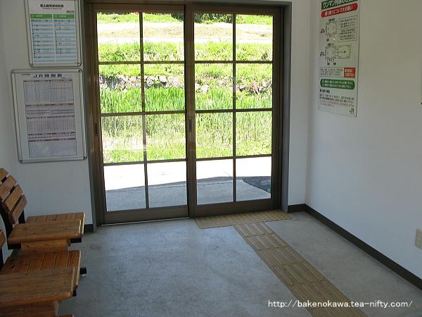 越後田中駅の待合室内部